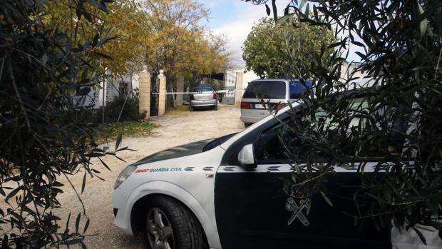 Coches de patrulla en las puertas de la casa donde se ha producido el asesinato