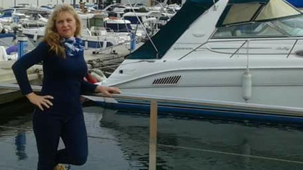 Imagen de Carmen Duque junto a unas embarcaciones