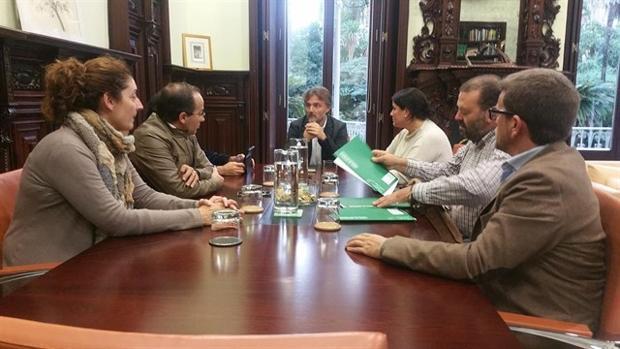 El consejero andaluz de Medio Ambiente, José Fiscal, reunido con los alcaldes de la comarca