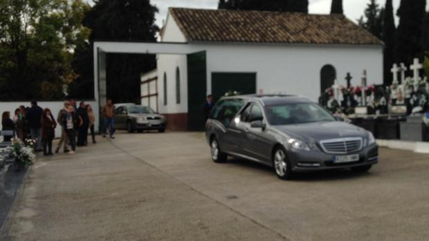 El coche funebre, con el cuerpo de Carmen Duque, a su llegada al cementerio