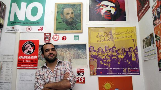 José Manuel Mariscal, líder del PCA, posa con un retrato de Fidel Castro, en una imagen de archivo