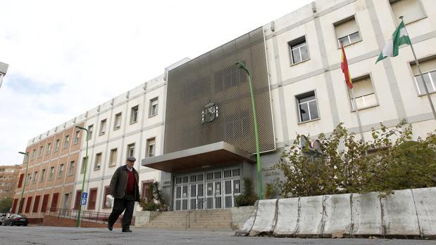 Un hombre camina ante la sede de los juzgados en Córdoba