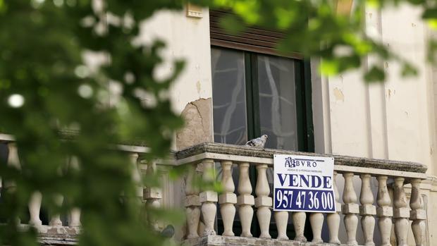 Cartel de «se vende» sobre un balcón de una vivienda en Córdoba