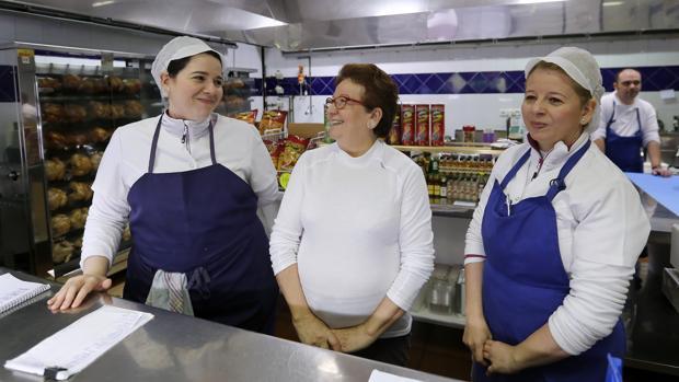 La madres y las dos hermanas de Paco Morales en el asador familiar