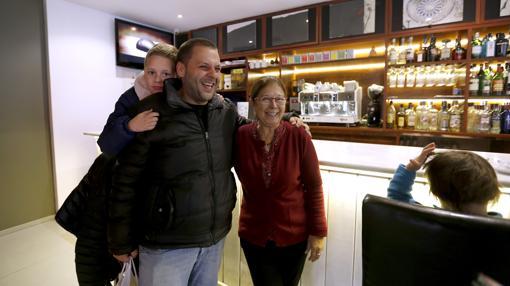 La madre de Kisko García en el bar que junto a su marido abrió hace 39 años