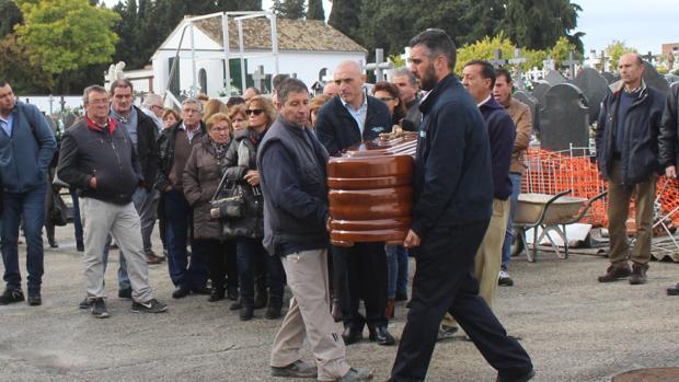 Entierro de la mujer presuntamente asesinada por su hijo en Montilla