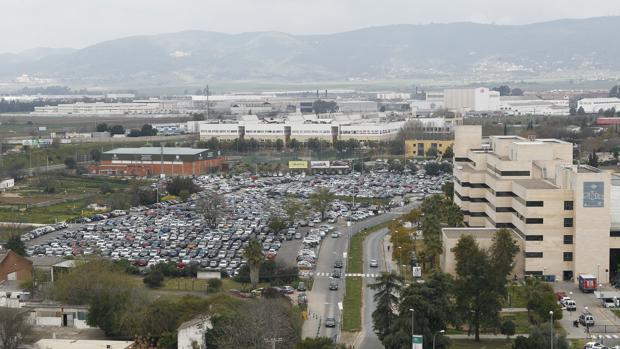 Fotografía panorámica del parking junto al hospital Reina Sofía