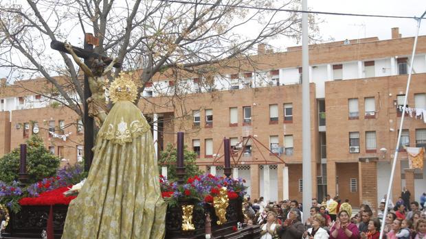 La hermandad de Las Palmeras, durante su procesión