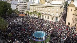 Miles de personas se movilizan en una marcha histórica en Huelva en defensa de la sanidad
