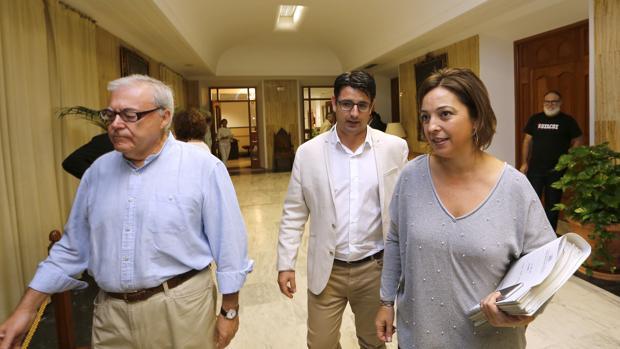Emilio Aumente, Pedro García e Isabel Ambrosio, en un Pleno