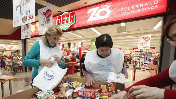 Voluntarias de la organización en el Deza del centro comercial del Zoco
