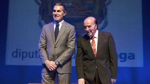 """El seleccionador del equipo nacional de baloncesto Sergio Scariolo (i), junto al humorista Gregorio Sánchez , """"Chiquito de la Calzada"""""""