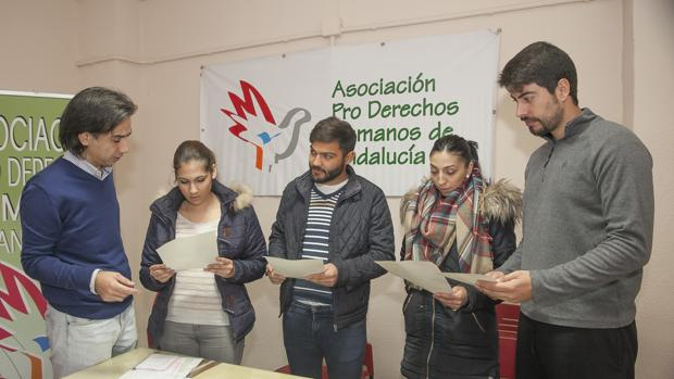 Las dos parejas afectadas junto al delegado de Derechos Humanos (izquierda)