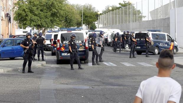 Despliegue policial en el barrio de Las Palmeras