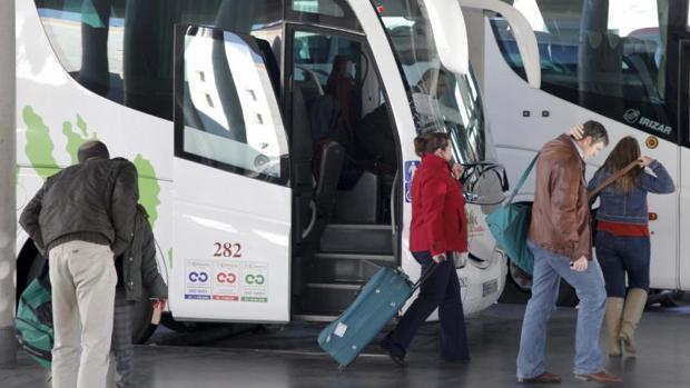 Un grupo de viajeros en la Estación de Autobuses de Córdoba