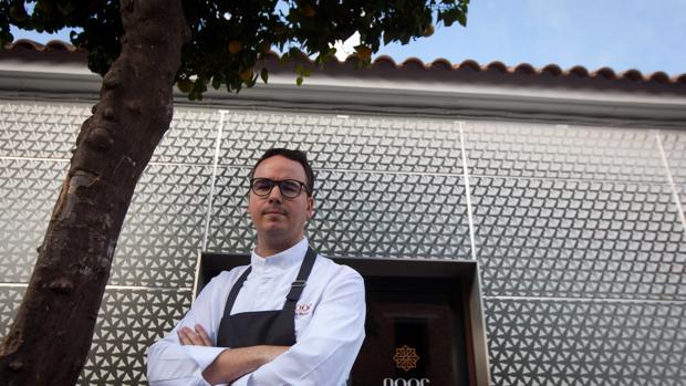 El chef cordobés Paco Morales, ante su muy laureado restaurante Noor