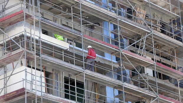 Un obrero de la construcción trabaja en una promoción inmobiliaria