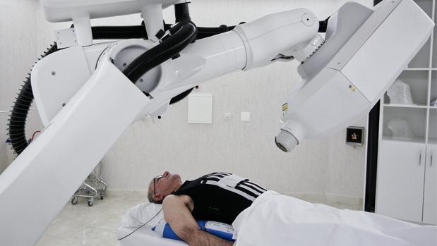 Un paciente se somete a radiocirugía robótica