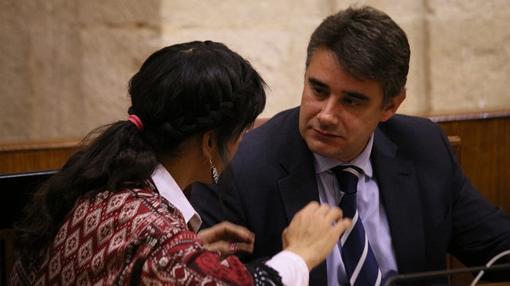 Moreno Yagüe, conversando en el Parlamento con su coordinadora general, Teresa Rodríguez