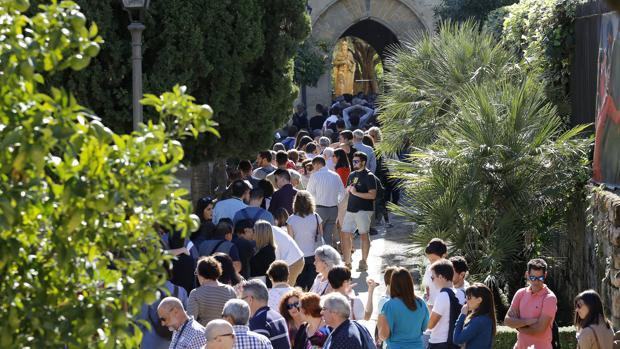 Turistas hacen cola para entrar en el Alcázar de los Reyes Cristianos en mayo