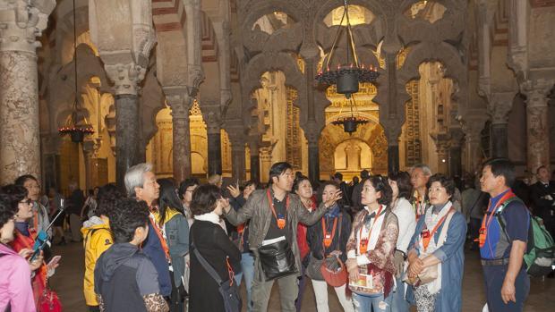 Turistas en el interior de la Maezquita-Catedral