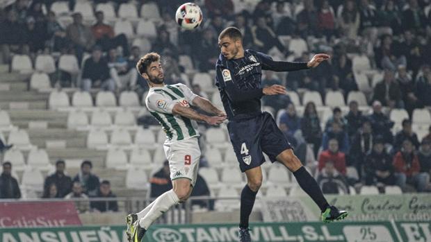 El delantero del Córdoba CF Rodri pelea con Mikel Villanueva, del Málaga