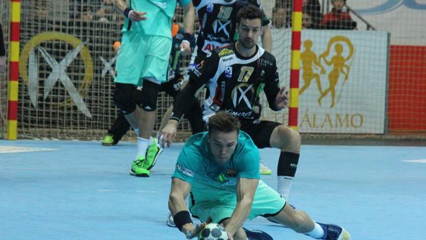 Paraja, en acción durante el partido ante el Barcelona