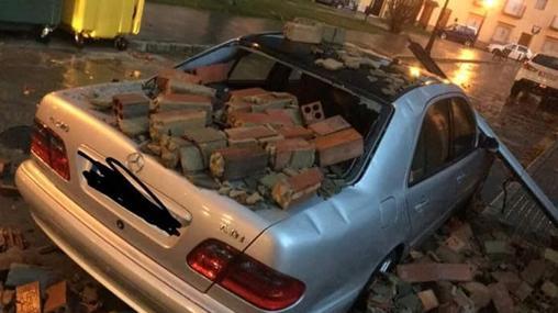 Un vehículo destrozado tras el temporal
