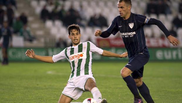 Borja Domínguez se lanza al suelo ante Duda, marcó un gol y fue uno de los miembros del trivote