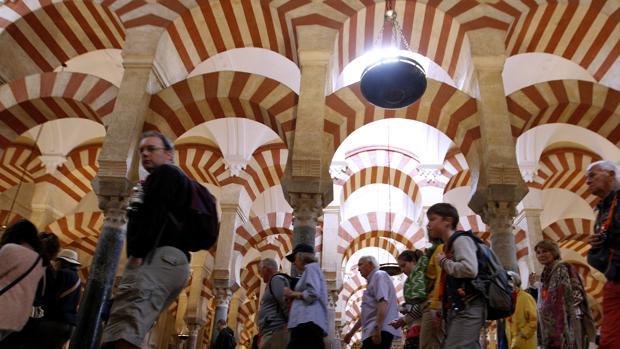 Visitantes en el interior de la Mezquita-Catedral de Córdoba