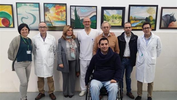 Rafael Navajas, con su familia y los profesionales del hospital