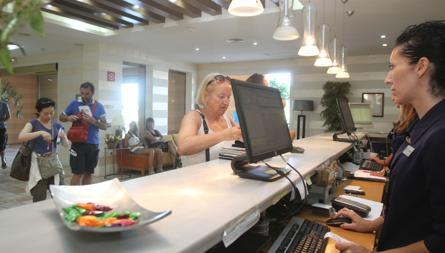 Una turista se registra en un hotel de la capital