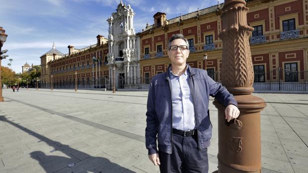 Luis Escribano del Vando es funcionario y editor