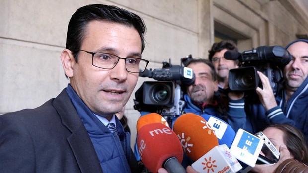 Francisco Cuenca, este lunes, a las puertas del juzgado que le investiga
