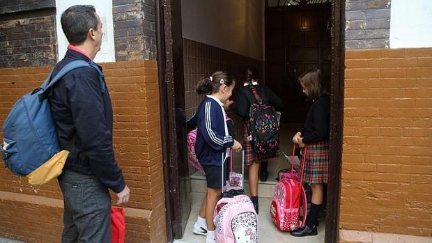 Alumnos entrando en un colegio de Sevilla