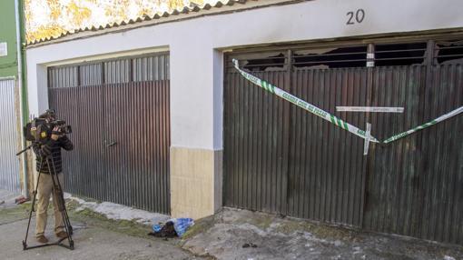 La entrada de la cochera donde ha tenido lugar el trágico suceso