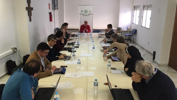 Reunión de la Junta Directiva de Escuelas Católicas de Andalucía; al frente su secretario general, Carlos Ruiz