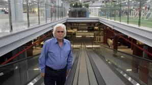 Rafael Gómez en el interior de las naves de Colecor