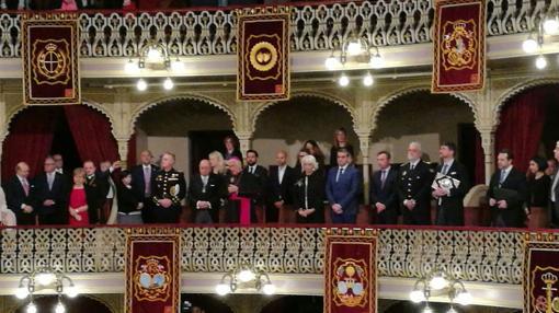 Palco de personalidades en el momento del rezo del Ángelus en el Teatro Falla