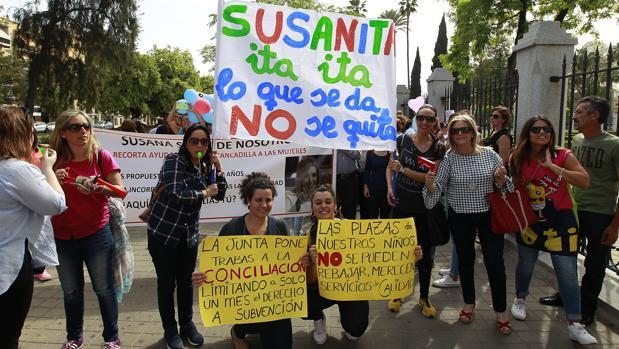 Unas 800 personas se han manifestado este miércoles delante del Parlamento de Andalucía
