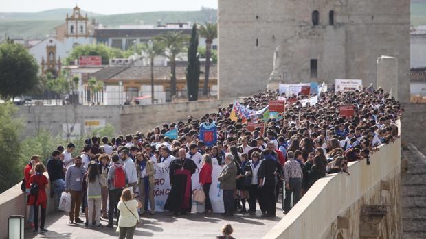 El obispo, ayer dirigiéndose con los escolares participantes en la cita hacia la Catedral