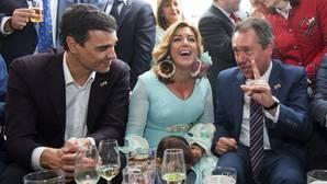 Pedro Sánchez y Susana Díaz, junto al alcalde de Sevilla Juan Espadas, en la Feria del año pasado