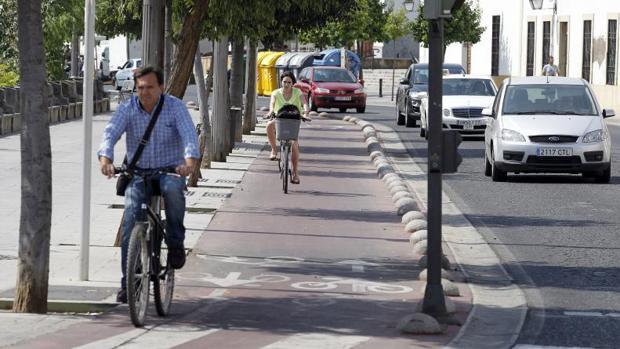 Ciclistas por el paseo de la Ribera