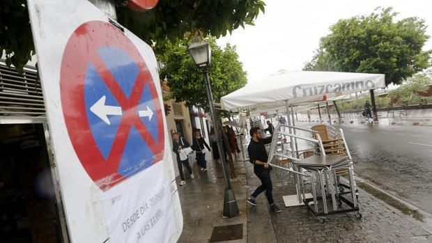 Veladores en la Ribera ante la señal que anuncia la peatonalización