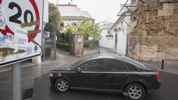 Un coche transita junto a un colegio del Centro y una señala de velocidad en Córdoba