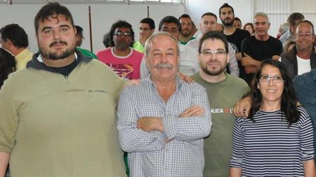 Ángel Velasco , junto a la parlamentaria de Podemos Mari García y el actual portavoz nacional del SAT, Óscar Reina, con Diego Cañamero al fondo de la imagen