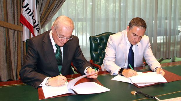 Manuel Azuaga, junto a Elías Bendodo en la firma del acuerdo