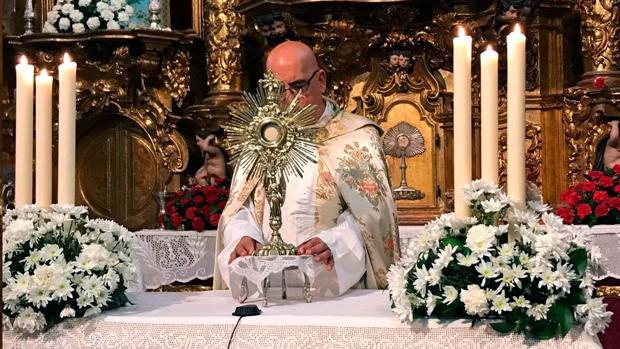 El director espiritual Aquiles López, con la nueva Custodia