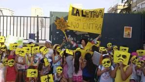 Alumnos del colegio San Pablo de Sevilla protestando por la falta de climatización en las aulas.