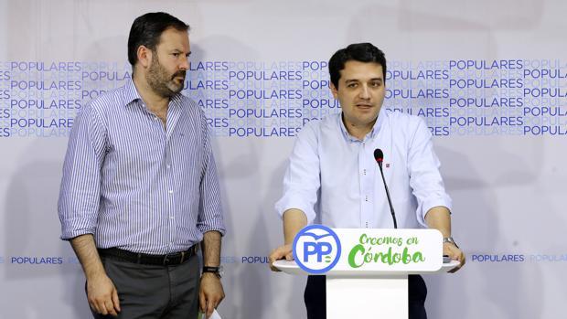 El portavoz del PP en el Ayuntamiento, José María Bellido, junto al presidente del PP, Adolfo Molina